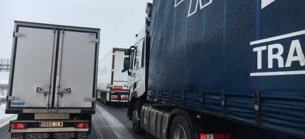 Varios camiones en la carretera