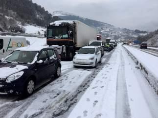 Tráfico parado por la nieve en Castro Urdiales
