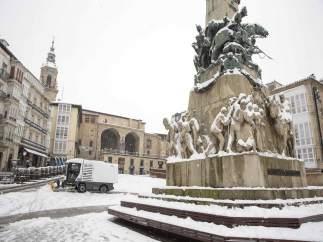 La plaza de la Virgen Blanca hace honor a su nombre