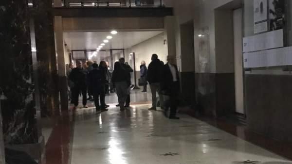 Uns 75 estudiants passen la nit en el Rectorat de la UV per a demanar solucions al conflicte del PDI associat