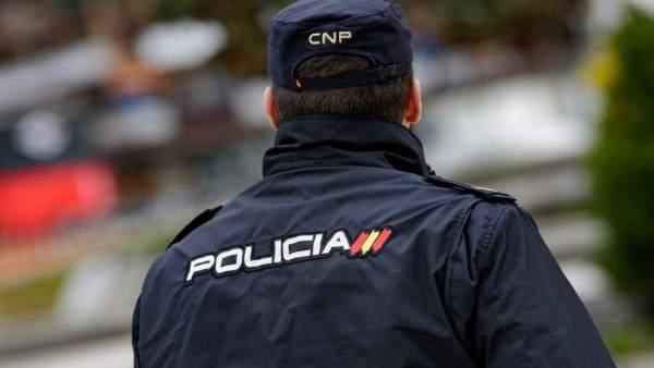 Detinguts dos joves per apunyalar altres dos en discutir per una taula en la terrassa d'un pub a Alacant