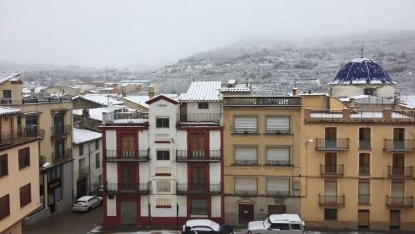 La neu tanca algun col·legi i afecta diverses rutes escolars de l'interior de Castelló