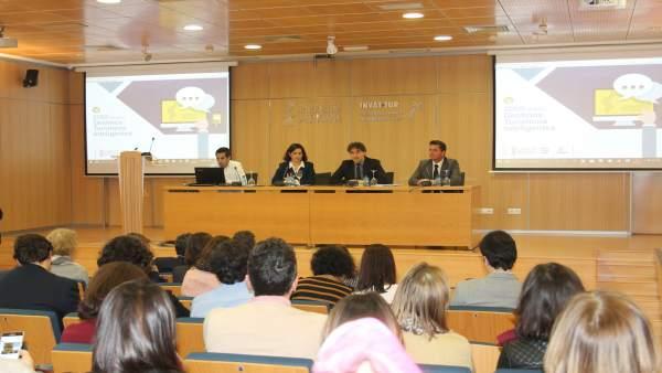 Francesc Colomer, en el centro de la mesa, junto a Raquel Huete