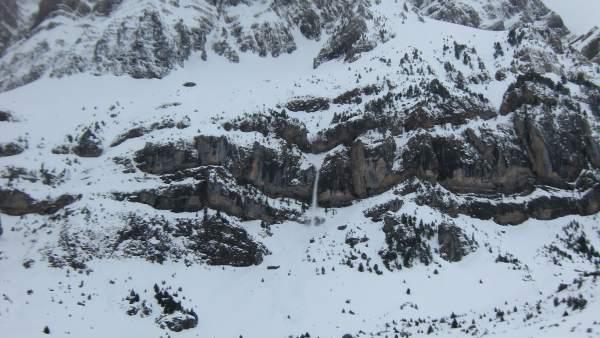Una montaña del pirineo oscense nevada.