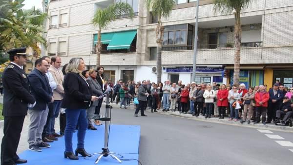 La alcaldesa de Almuñécar, Trinidad Herrera, lee el manifiesto por el 28F