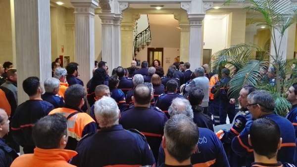 Los voluntarios de Protección Civil abarrotan el vestíbulo de la Conselleria