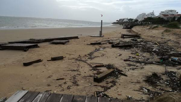 Daños por el temporal en la playa de El Portil, en Punta Umbría (Huelva)