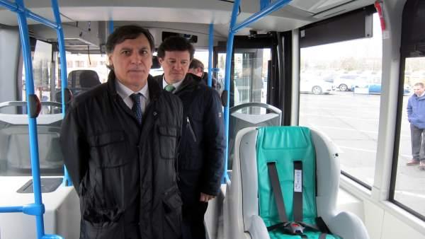 Carlos García Carbayo en un autobús municipal.