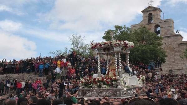 La Virgen de la Cabeza procesiona en la romería de 2015.