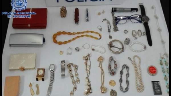 Dos detinguts a Dénia després de deixar-se en una casa que havien assaltat un cartó que usaven per a pidolar