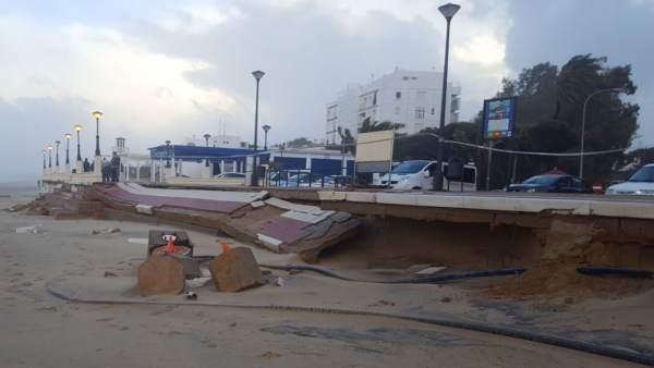 Daños en el paseo marítimo de Isla Cristina (Huelva).