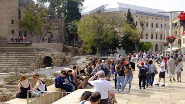 Turistas turismo cruceros málaga teatro romano viajeros alcazabilla