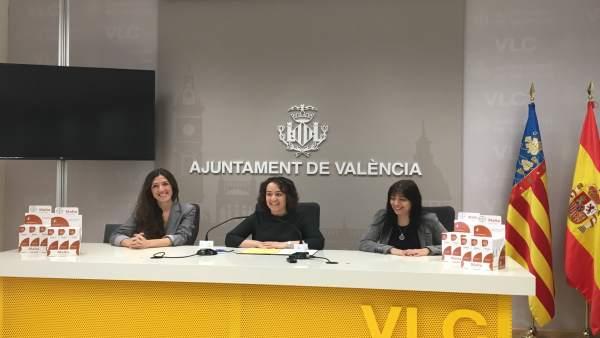 Glòria Tello (centro), Naza Hernández (izq.) y Álex González (dcha.)