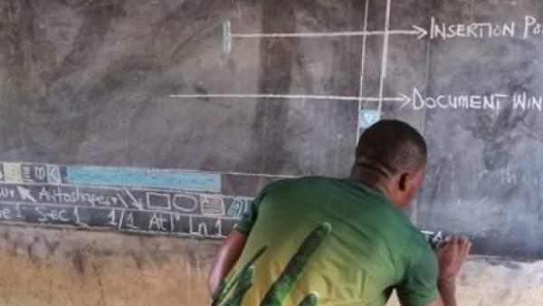 La falta de ordenadores no impide a este profesor de Ghana enseñar Word a sus alumnos