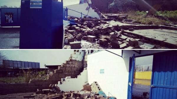 Se desploma parte del muro sur del estadio de fútbol de Camas (Sevilla)