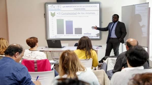 Un momento del curso dado por el Proyecto Edufinet en Cruz Roja Córdoba