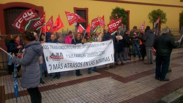 Protesta de trabajadores municipales de Huévar ante la Diputación Provincial