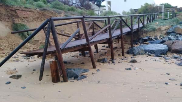 Daños ocasionados por el temporal en la playa de Cartaya.