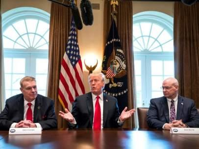 El presidente de los Estados Unidos, Donald J. Trump (centro), acude a la reunión con un grupo de directivos de empresas del sector siderúrgico, en La Casa Blanca, Washington, DC.