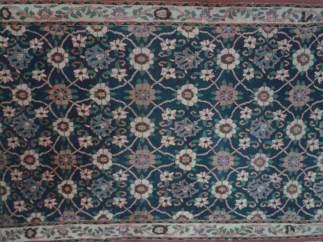 Limpiar la alfombra en la calle