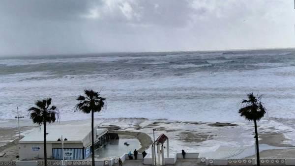 Crecida del mar en Cádiz por el temporal