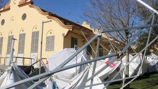 Carpas dañadas por el viento en Badalona.