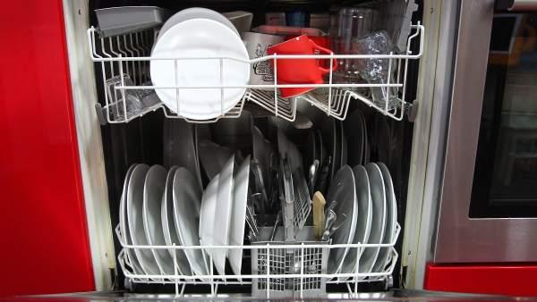 Vasos, cuchillos y 'tuppers': los objetos que no han de ir en el lavavajillas