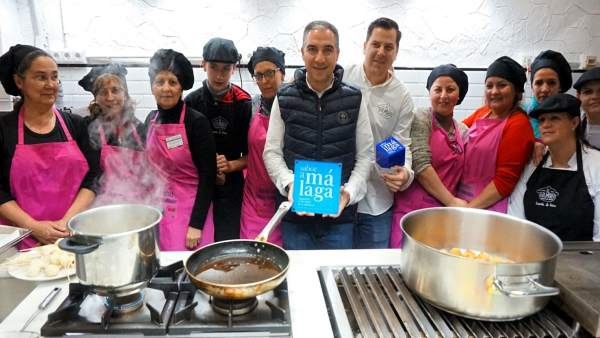 Bendodo entrega la placa Sabor a Málaga a la escuela El Golimbreo