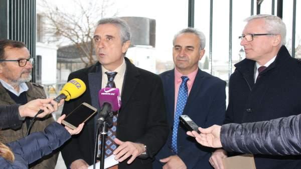 Pérez e Izquierdo (centro), tras la entrega de las obras