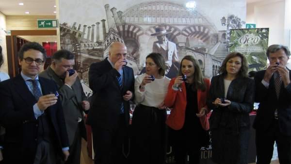 Las autoridades en el III concurso internacional 'Evooleum Awards'