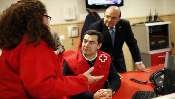 Juanma Moreno durante su visita a la sede de Cruz Roja en Granada