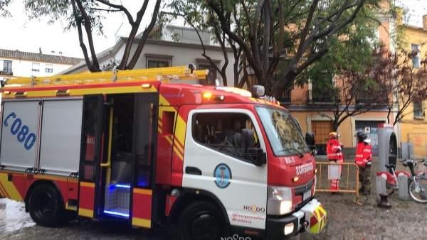 Bomberos actúan en Sevilla ante las incidencias del temporal de lluvia y viento