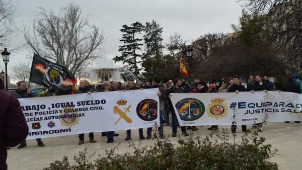 Concentración de agentes de la Guardia Civil y de la Policía Nacional en Lleida
