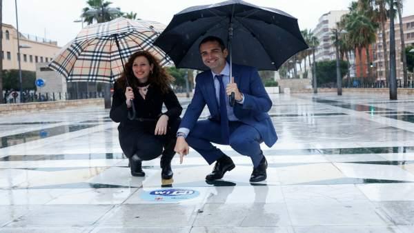 El alcalde de Almería y la edil de Economía muestran un punto wifi