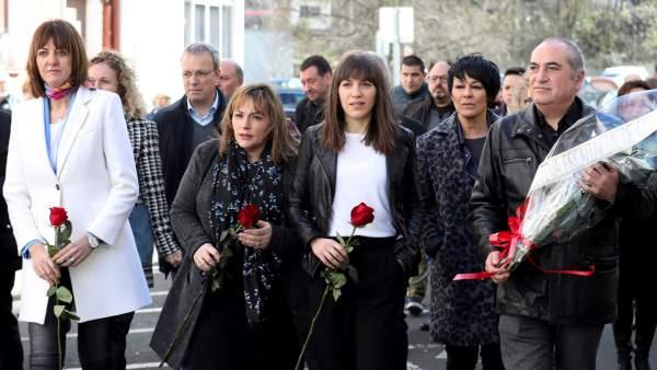 La parlamentaria de EH Bildu, Maddalen Iriarte, junto a los dirigentes del PSE