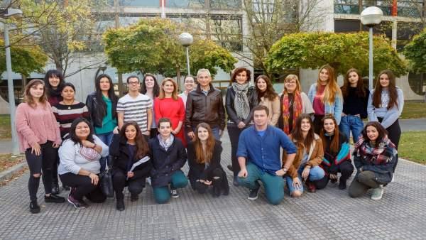 Alumnos mentores junto a la vicerrectora de Estudiantes