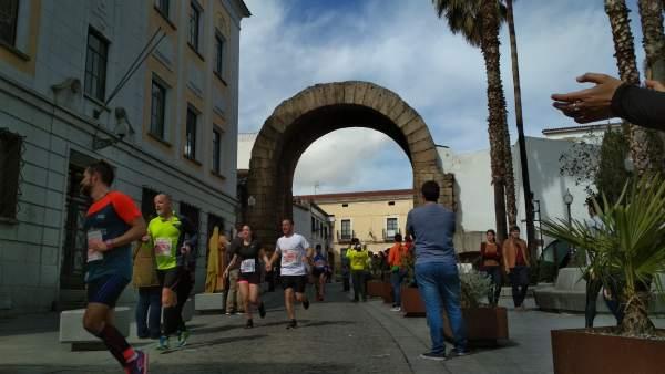 Corredores del Medio Maratón de Mérida por el Arco de Trajano