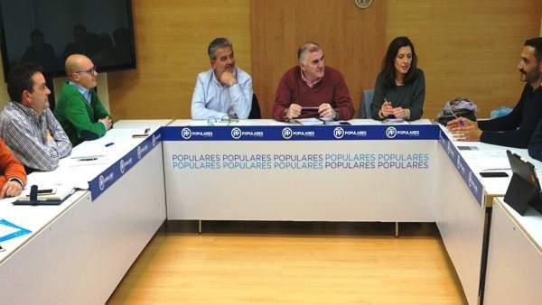 Senador Marmolejo con Marina Bravo reunidos con plataforma sierra bermeja parque