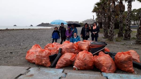 Voluntarios junto a basura retirada