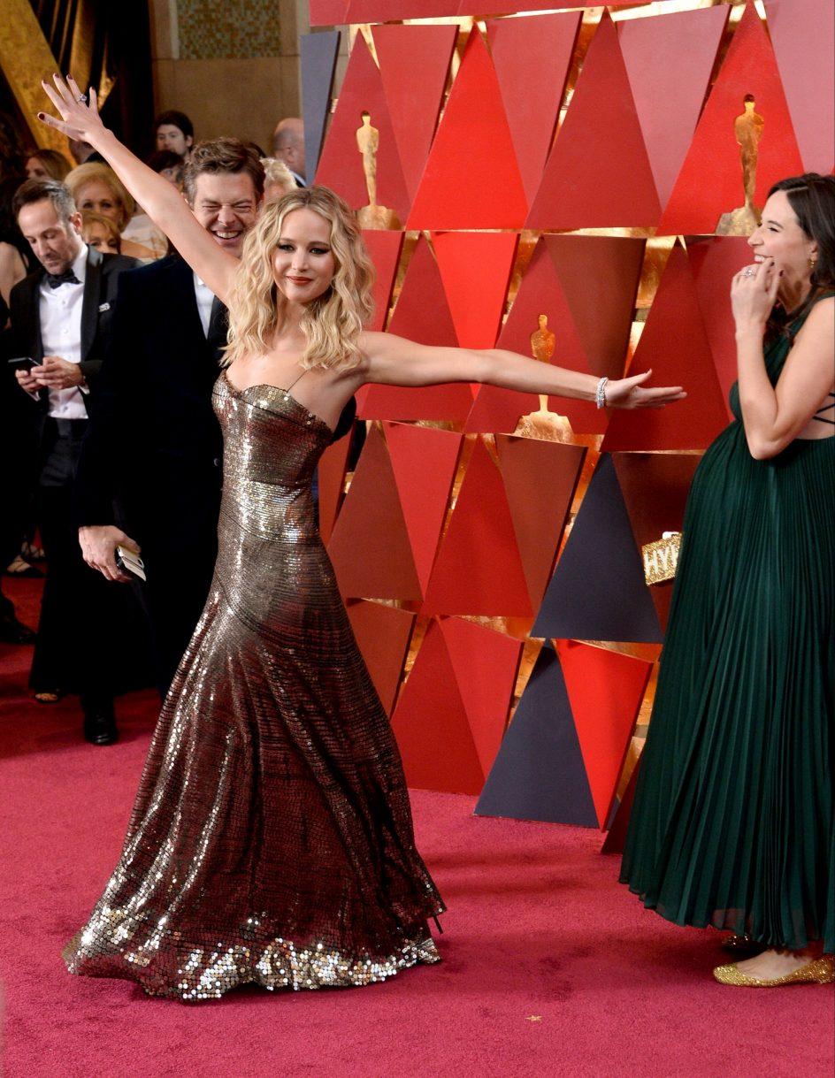Jennifer Lawrence . La actriz Jennifer Lawrence acapara todos los flashes en la alfombra roja de los Óscar 2018, con su vestido de Dior tipo armadura.