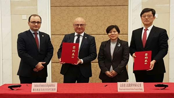 Hernández y Gómez, durante la firma del acuerdo