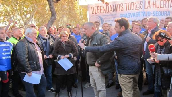 Lucas Jiménez a las puertas Delegación manifestación regantes