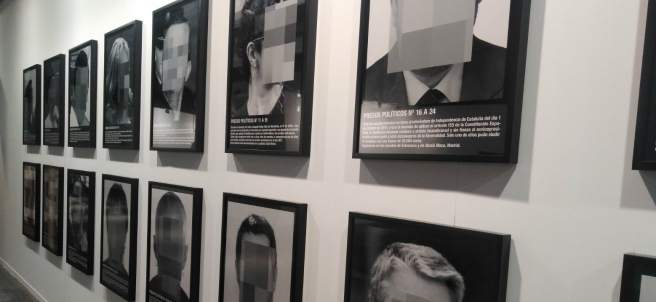 Santiago Sierra siembra la polémica en ARCO con su obra Presos políticos.