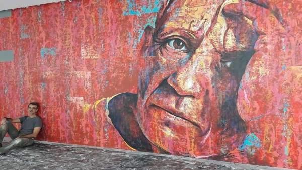 Carlos Callizo posa junto al mural