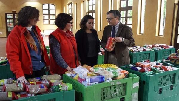 Entrega de alimentos a la Cruz Roja