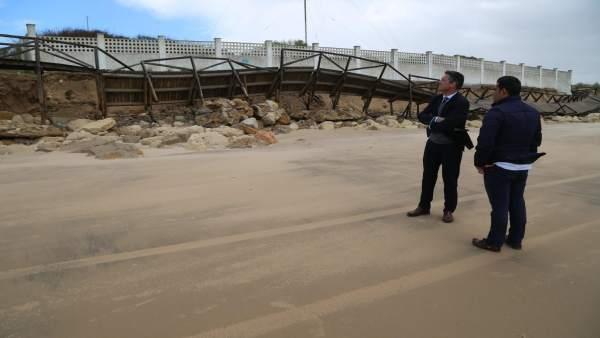 El alcalde de Rota, Javier Ruiz Arana, comprueba daños en las playas