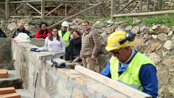 Un operario construye nuevas barcacoas en La Limera de Turre