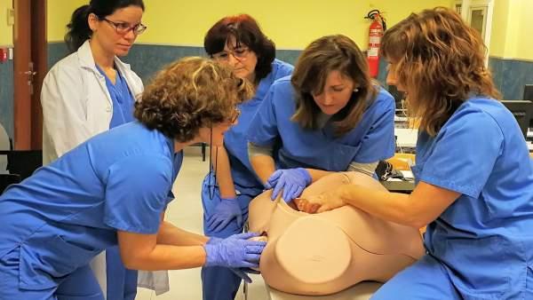 Equipo de partos entrenando en una simulación con un maniquí.