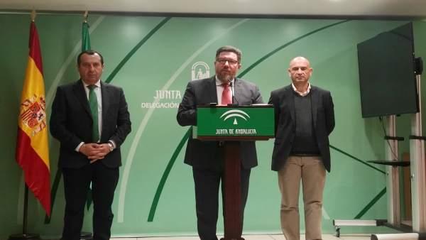Rodrigo Sánchez Haro (centro) en una rueda de prensa