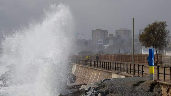 La playa de Montgat durante uno de los temporales con fuerte oleaje que han afectado este invierno a la costa barcelonesa.